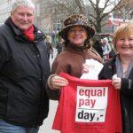 Drei Frauen beim Equal Pay Day 2014